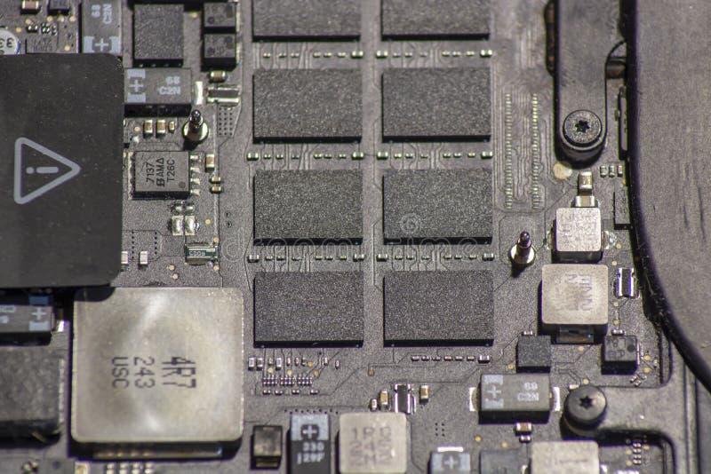 Материнская плата ноутбука с электронными блоками стоковые изображения rf