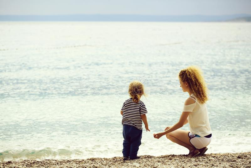 Мать и сынок на пляже стоковое изображение rf
