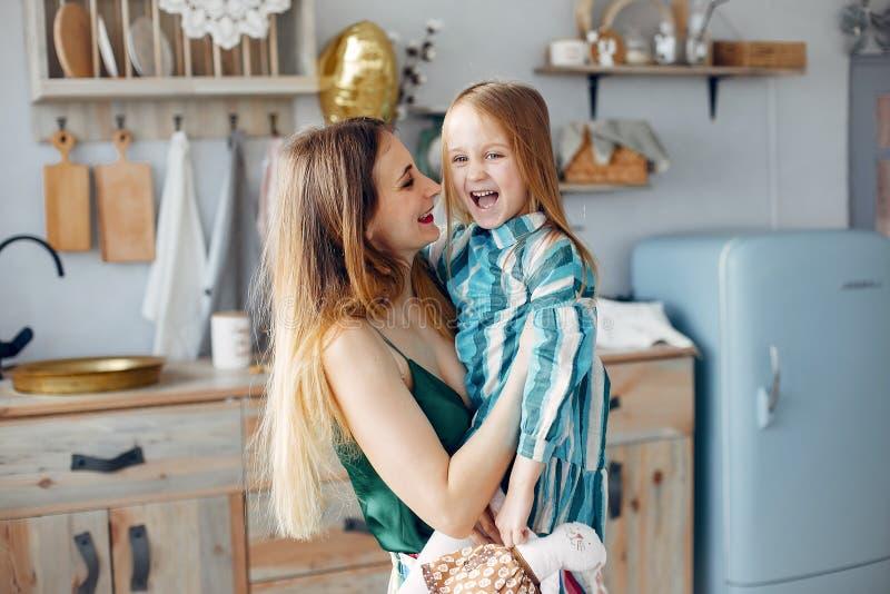 Мать с меньшей дочерью в комнате стоковое фото rf