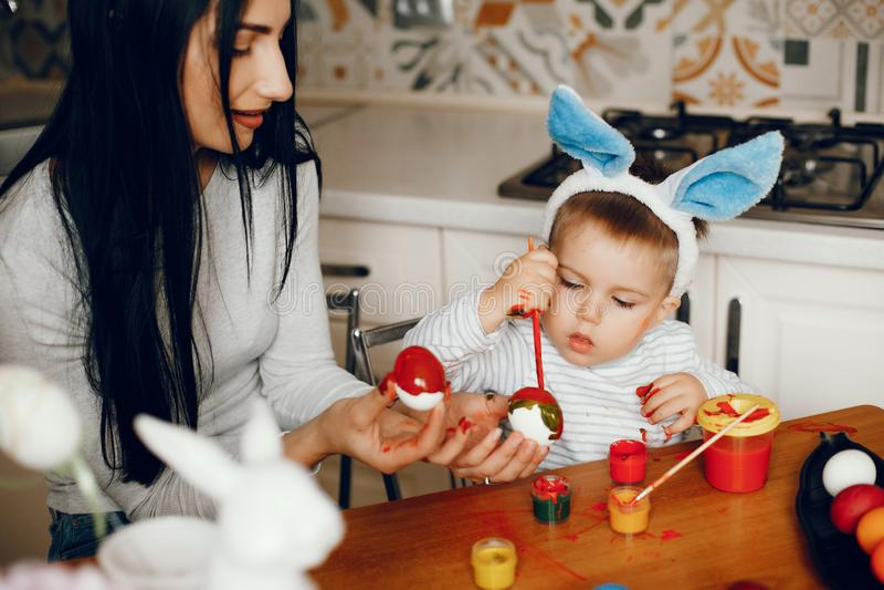 Мать с меньшим сыном в кухне стоковые фотографии rf
