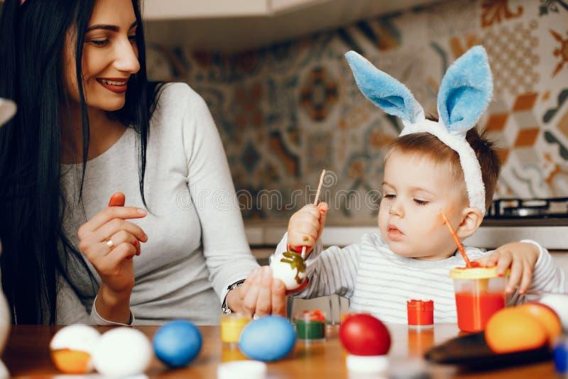 Мать с меньшим сыном в кухне стоковая фотография