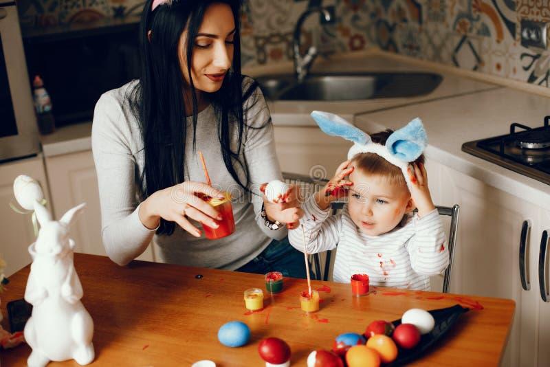 Мать с меньшим сыном в кухне стоковое фото