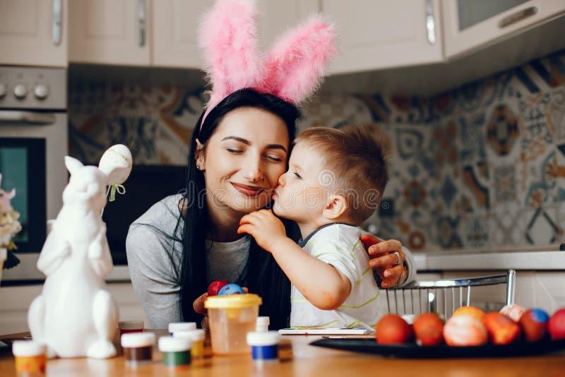 Мать с меньшим сыном в кухне стоковые фото