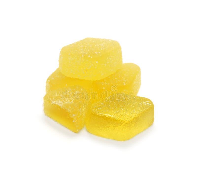 Мармелад соединяет яркий желтый цвет взбрызнутый с сахаром изолированным на белой предпосылке стоковые изображения rf