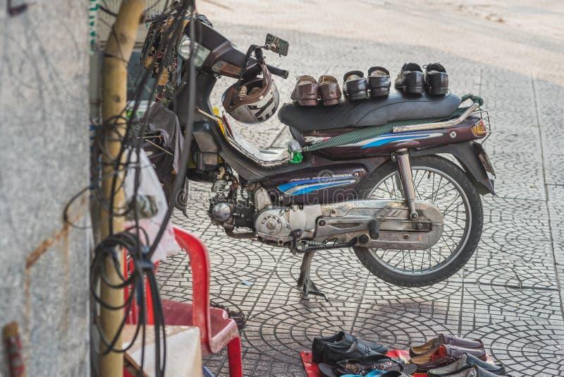 Мелкий бизнес ботинок в улице в Сайгон стоковые фотографии rf