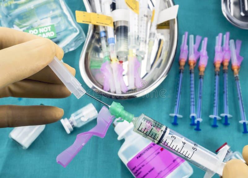 Медсестра подготавливая лекарство больницы, закрытие безопасности иглы, схематическое изображение стоковые изображения