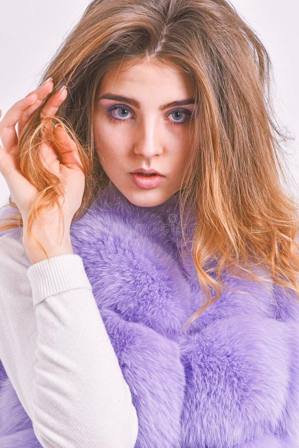 Меховая шыба девушки представляя со стилем причесок на белой предпосылке Предотвратите повреждение волос зимы Подсказки ухода за  стоковое изображение