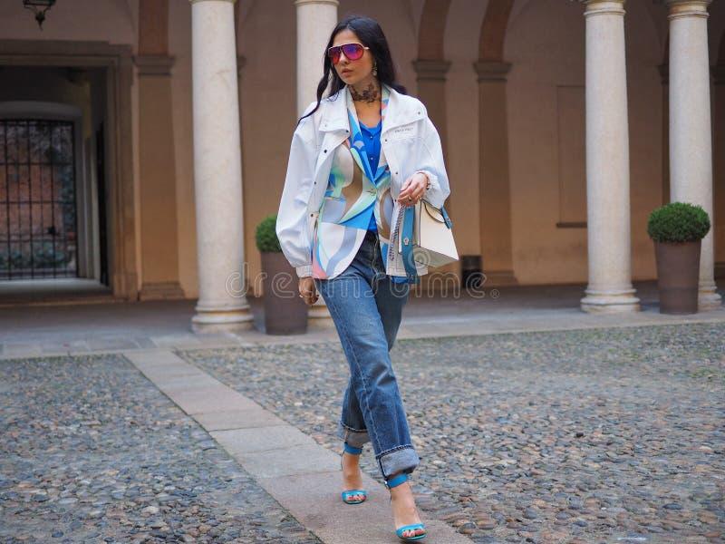 МИЛАН, Италия: 21-ое февраля 2019: Обмундирования стиля улицы блоггеров моды стоковое фото
