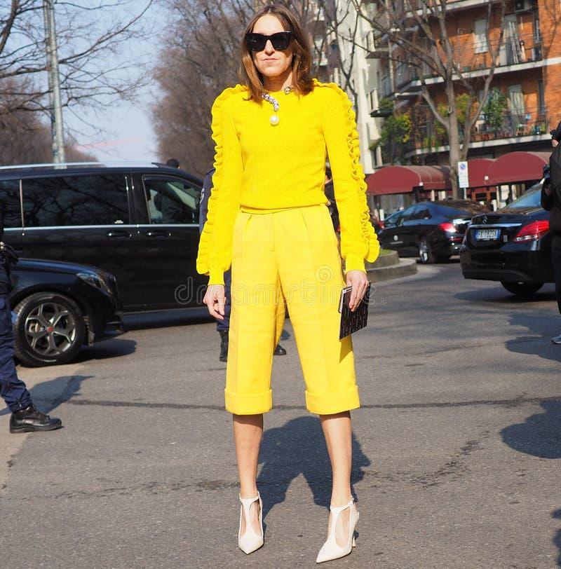 МИЛАН, Италия: 21-ое февраля 2019: Обмундирования стиля улицы блоггеров моды стоковое изображение rf
