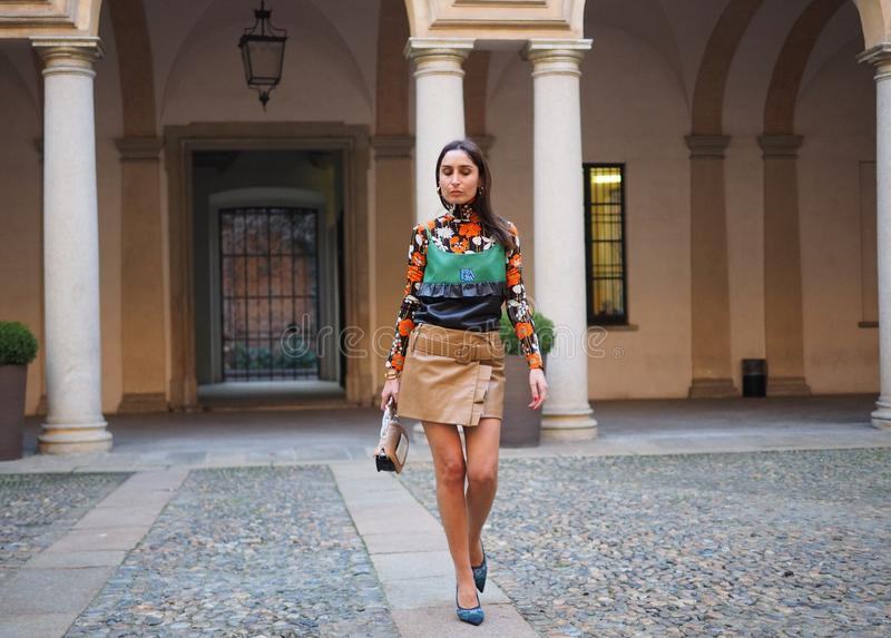 МИЛАН, Италия: 21-ое февраля 2019: Обмундирования стиля улицы блоггеров моды стоковые фотографии rf