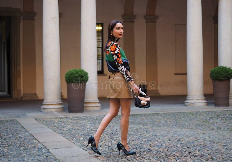 МИЛАН, Италия: 21-ое февраля 2019: Обмундирования стиля улицы блоггеров моды стоковые фото