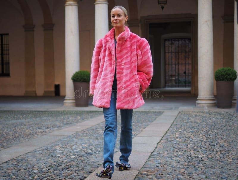 МИЛАН, Италия: 21-ое февраля 2019: Обмундирования стиля улицы блоггеров моды стоковая фотография