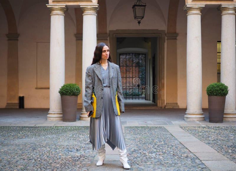 МИЛАН, Италия: 21-ое февраля 2019: Обмундирования стиля улицы блоггеров моды стоковые изображения