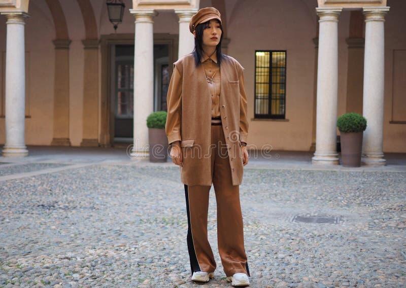 МИЛАН, Италия: 21-ое февраля 2019: Обмундирования стиля улицы блоггеров моды стоковые изображения rf