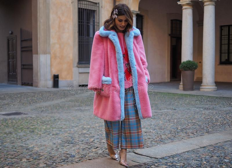 МИЛАН, Италия: 21-ое февраля 2019: Обмундирования стиля улицы блоггеров моды стоковое фото rf