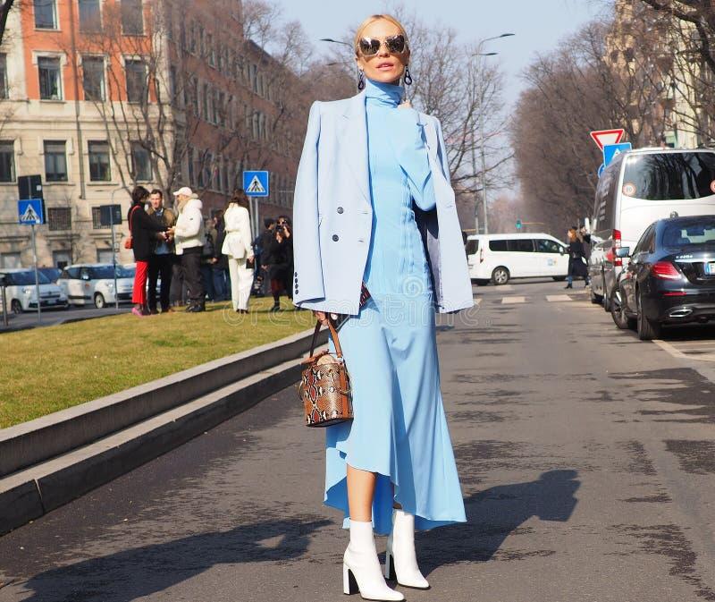 МИЛАН, Италия: 21-ое февраля 2019: Обмундирования стиля улицы блоггеров моды стоковая фотография rf