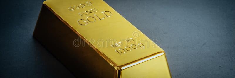 Миллиард слитка бара золота на голубой предпосылке Размещено раскосно стоковая фотография
