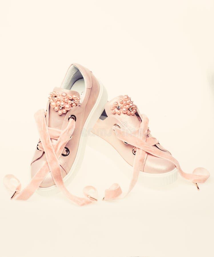Милые ботинки изолированные на белой предпосылке Обувь для девушек и женщин украшенных с жемчугом отбортовывает Концепция женстве стоковое изображение rf
