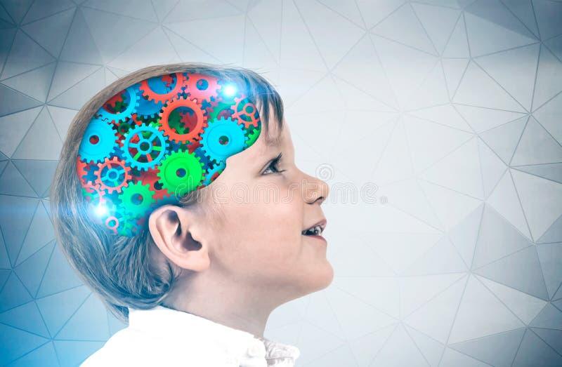 Милый мальчик, мозг cog стоковая фотография
