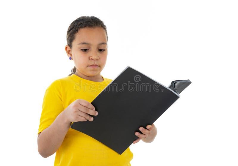 Милое молодое женское чтение подростка стоковое фото