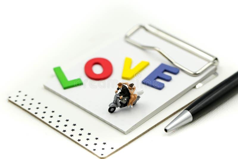 Миниатюрные люди: Любящие пары ослабляя наслаждающся единением чувств, романтичным удовольствием утра для любовников дома, пары стоковое фото