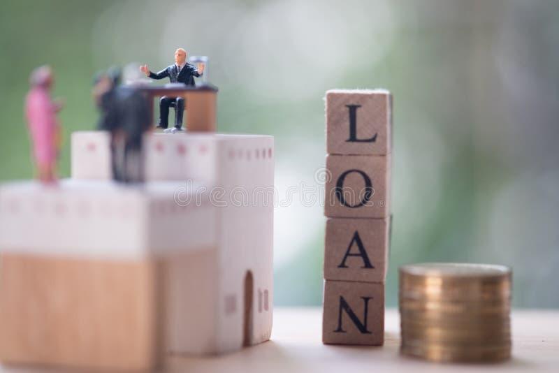 Миниатюрные люди: юрист или финансовые страховой брокер советника или работник банка стоковое изображение rf