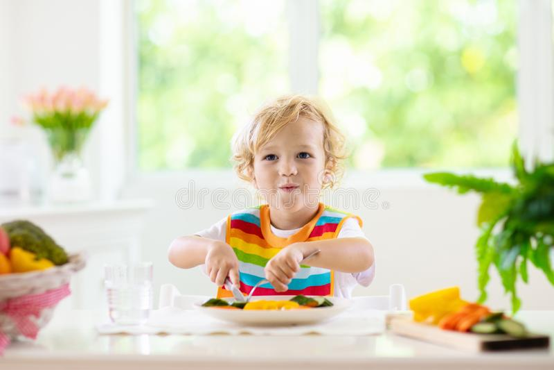 Младенец есть овощи Твердая еда для младенца стоковые изображения rf