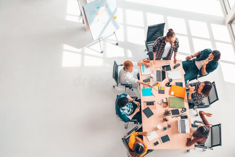 Многонациональная разнообразная группа в составе сотрудники на встреча встречи команды, офис дела взгляда сверху современный с ко стоковые фотографии rf