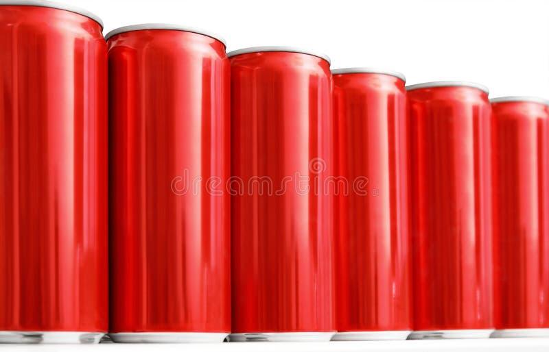 Много консервных банок металла пробела красных на таблице, крупном плане иллюстрация штока