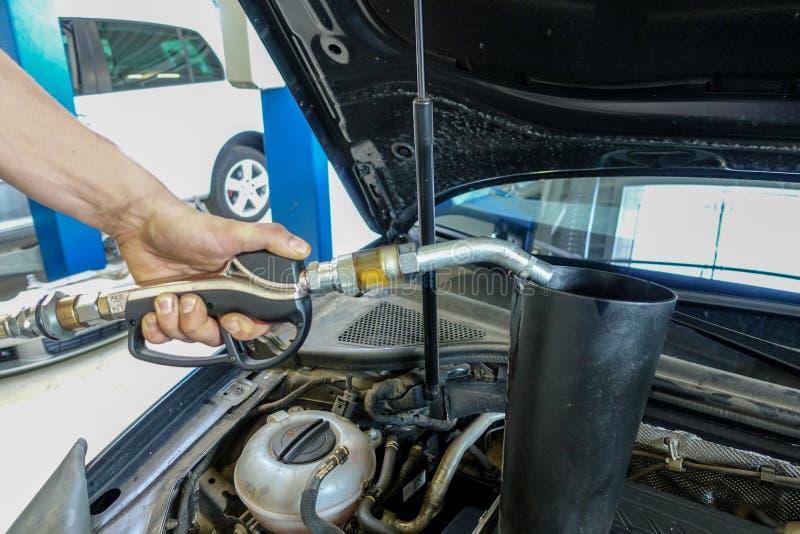 Много машинное масло заполнено в двигатель автомобиля стоковые изображения