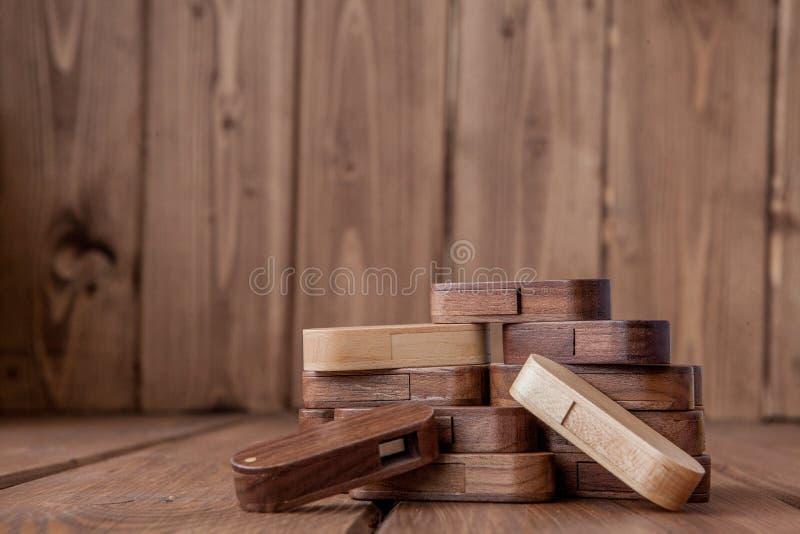 Много деревянный привод usb внезапный на деревянной предпосылке стоковое изображение