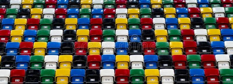 Много строк ярких красочных пластичных мест, стадиона трибуны стоковые фото