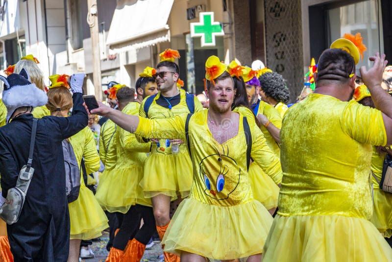 Мужские участники парада масленицы одетые как женщины танцуют n улица, в Xanthi, северо-восточная Греция стоковые фотографии rf