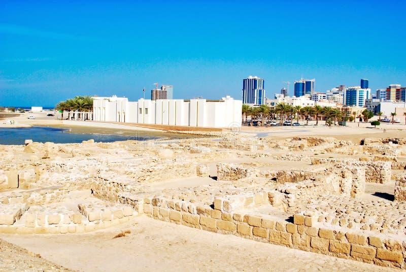 Музей форта Бахрейна с видом на город Манамы стоковое фото