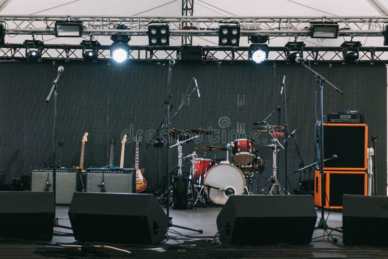 Музыкальные инструменты на этапе, перед открытым концертом стоковое изображение