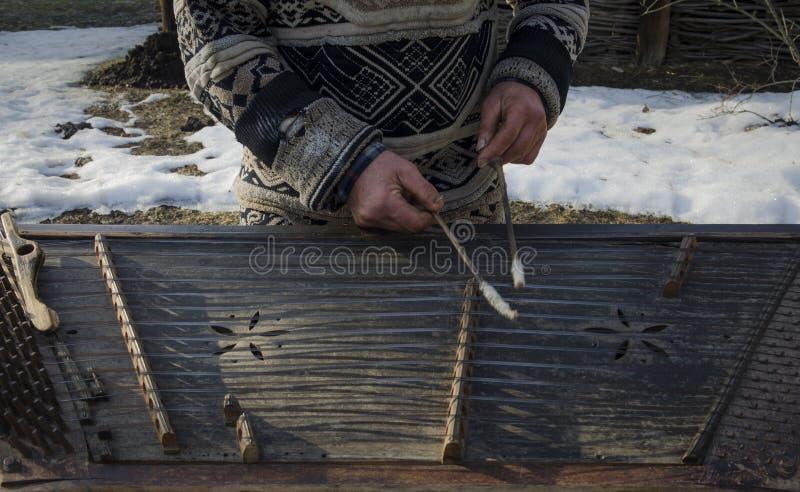 Музыкант улицы рук грязный старый сыграл на старом музыкальном инструменте стоковое фото rf