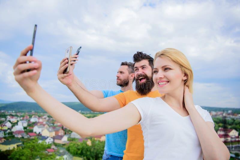 Мы все индивидуалы Люди наслаждаются стрельбой selfie на природе Лучшие други принимая selfie с телефоном камеры девушка сексуаль стоковое изображение rf