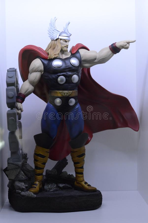 Могущественный Тор, бог грома, отбрасывая его молоток стоковое фото