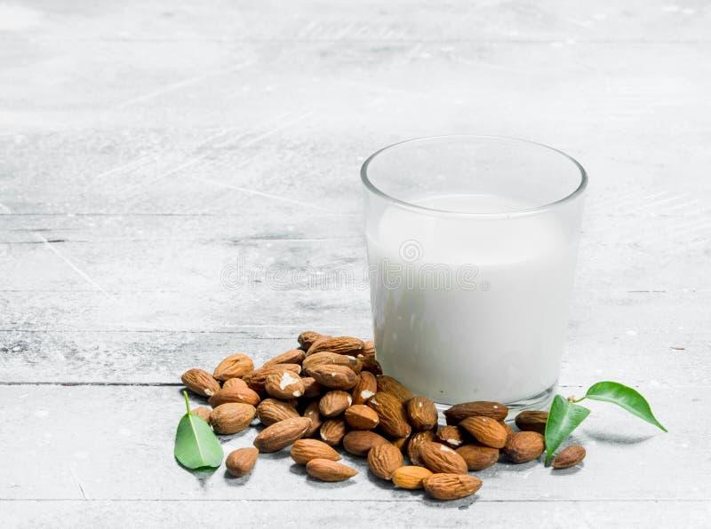 Молоко миндалины в стекле стоковое изображение