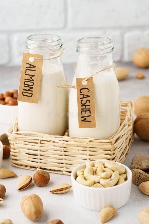 Молоко Vegan сделанное гаек в стеклянных бутылках - миндалина и анакардия стоковые изображения rf