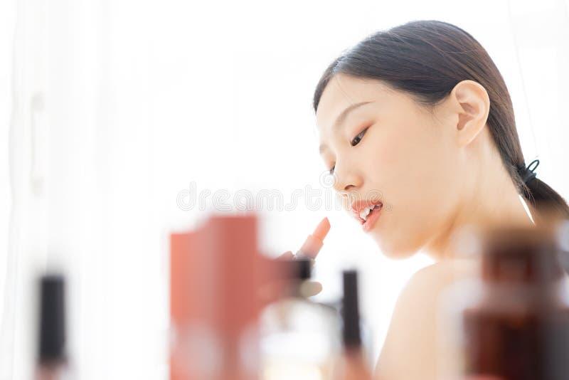 Молодая азиатская женская красота макияжа губной помадой стоковые изображения