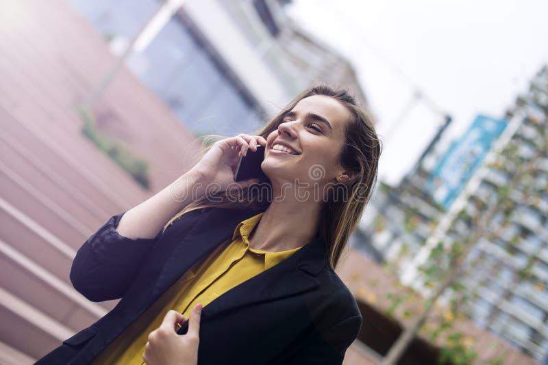 Молодая бизнес-леди использует мобильный телефон на улице стоковые фотографии rf