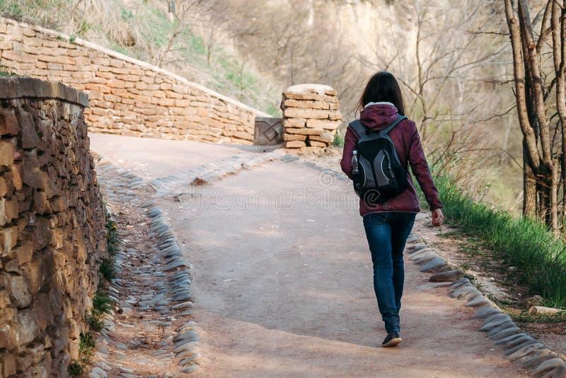 Молодая женщина идя на дорогу стоковая фотография rf