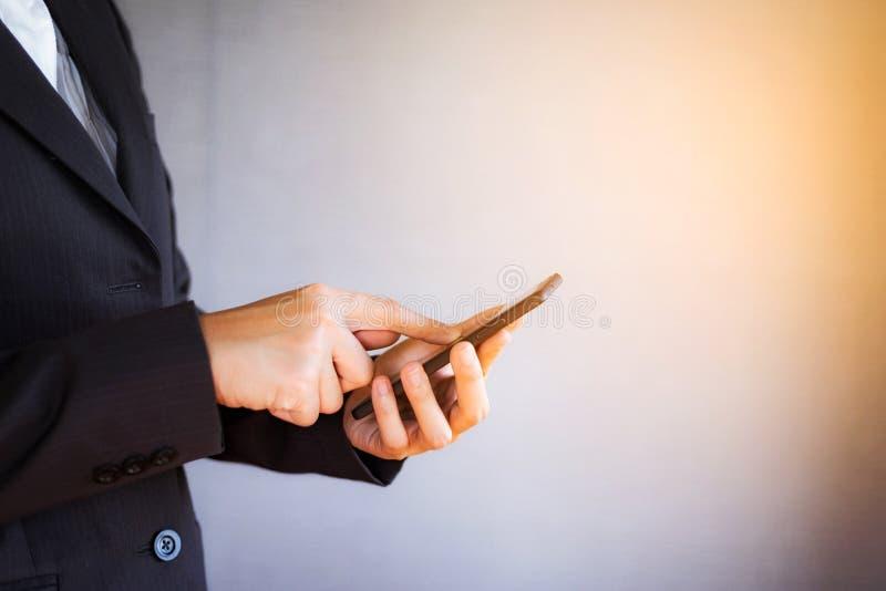 Молодая женщина дела используя смартфон на офисе стоковые изображения