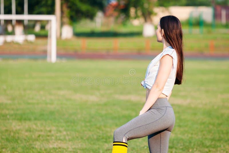 Молодая женщина спорт в sportswear на футбольном поле стоковое изображение rf