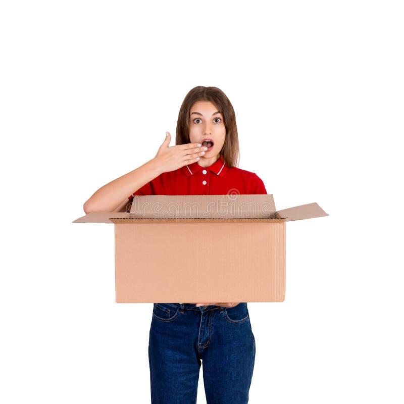 Молодая изолированная женщина доставки делает жест сюрприза на белой предпосылке стоковые фотографии rf