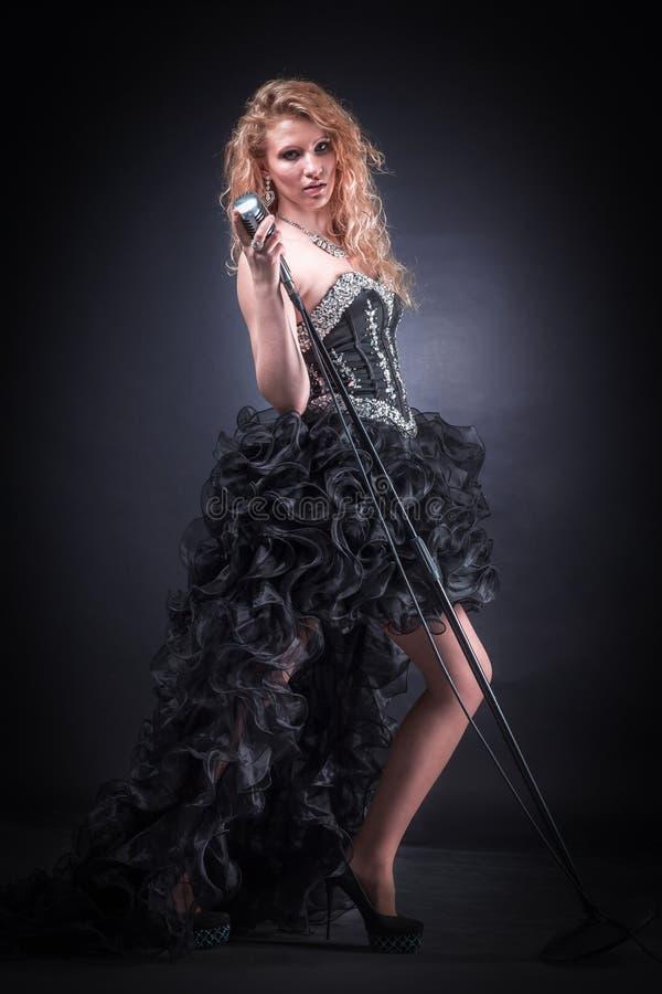 Молодая певица выполняя музыкальный состав стоковое фото rf