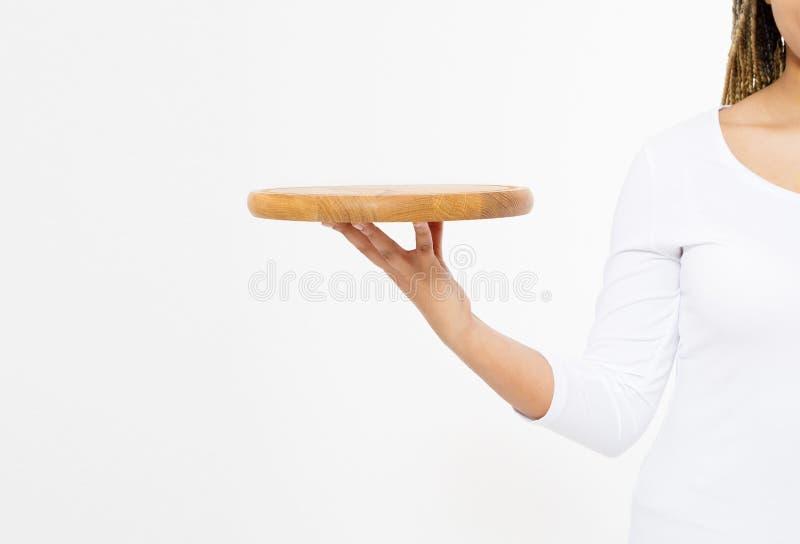 Молодая привлекательная женщина держа пустой деревянный поднос Разделочная доска пиццы изолированная на белой предпосылке Скопиру стоковое изображение rf