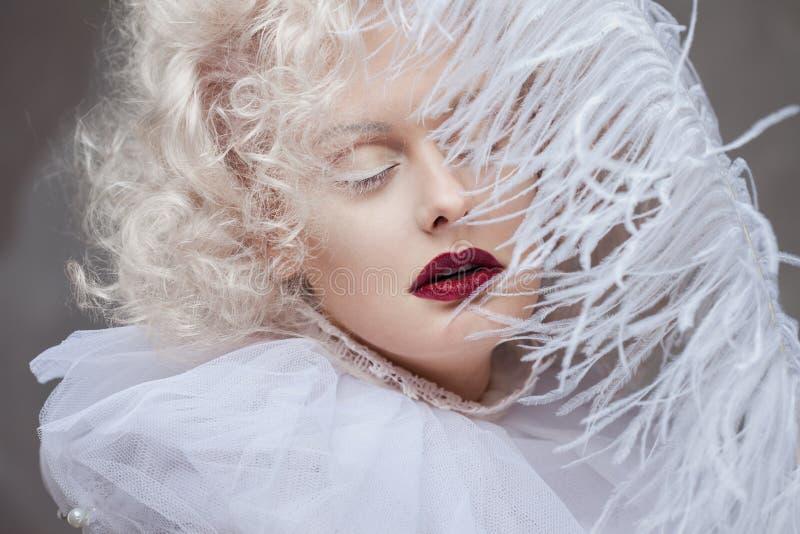 Молодая привлекательная женщина с блондинкой платины и пурпурной губной помадой стоковая фотография
