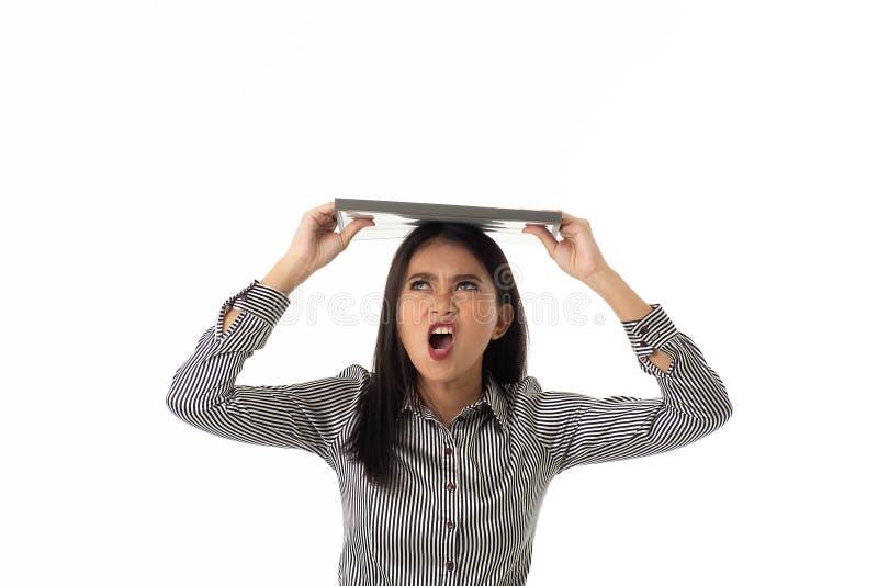 Молодая дама держа файл документа на ее голове стоковые изображения rf
